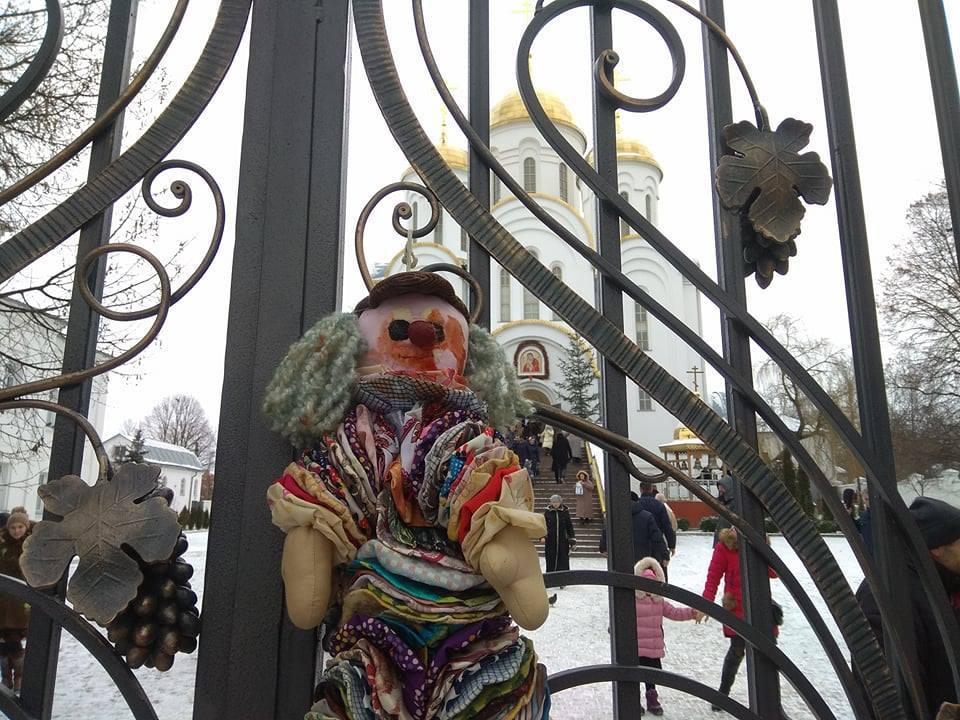 У Тернополі до церкви Московського Патріархату принесли дитячі іграшки (Фото)