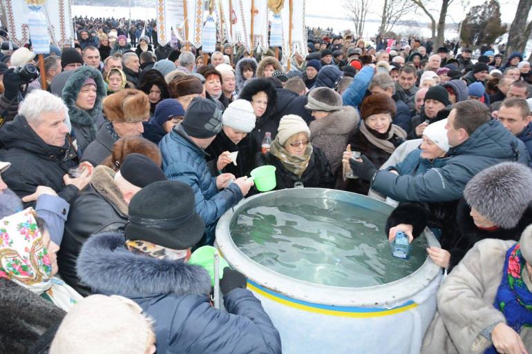 Тернопільський священик розповів, що робити зі святою водою, яку за рік не випили