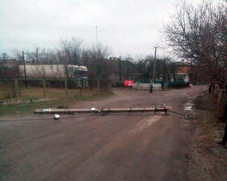 У Кременеці лісовоз звалив бетонну електроопору (Фото)