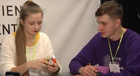 У Тернополі змагалися, хто швидше складе кубік Рубіка (Відео)