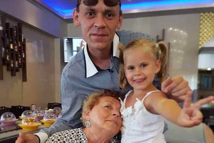 Батько і бабуся огортають Вікусю любов'ю. Про маму кажуть, що на роботі...