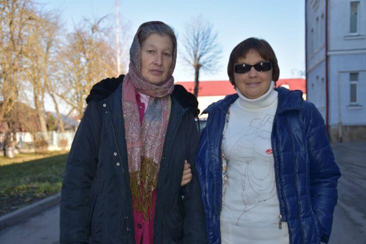 Любу Якимчук завжди супроводжує до лікарні мама Галина Василівна.